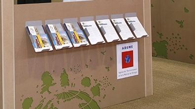 Présentoir ADEME où on peut se servir et lire des brochures