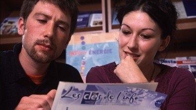Un homme et une femme regarde un journal qui s'appelle les clefs de l'info