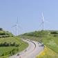 Des éoliennes et une autoroute