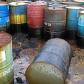 Plusieurs tonneaux en fer rouillé qui contiennent des produits toxiques