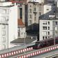 Une tramway sur un pont,en ville
